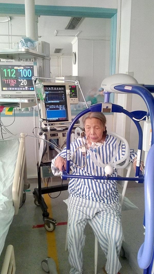 华西心理中心_佩戴呼吸机,也能下床走--中心ICU实现带机患者下床行走